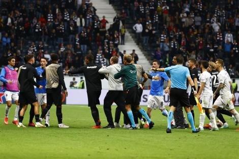 Frankfurt - Fenerbahçe maçında saha karıştı!