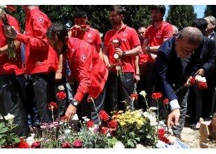 A Milli Futbol Takımı heyeti, Soma'daki maden faciasında vefat eden madencilerin kabirlerini ziyaret