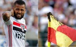 Köşe bayrağını böyle istila ettiler Alves'e maç sırasında arılar saldırdı