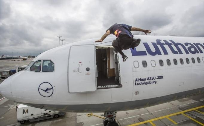 Uçağa uçarak geçiş yaptı