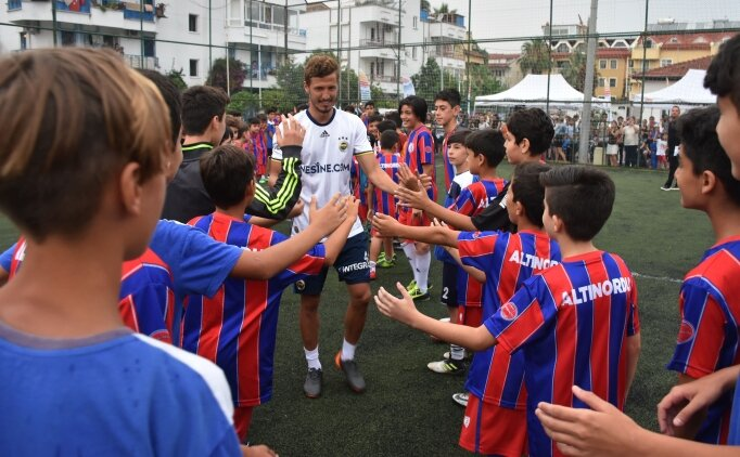 Salih ve Volkan Fındıklı, 50 miniğe karşı futbol maçı yaptı