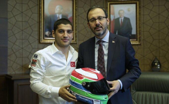 Bakan Kasapoğlu, şampiyon pilot Ayhancan'ı ağırladı