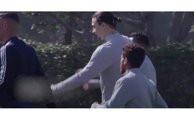 Oyundan alınan futbolcu hocasına tekme tokat saldırdı!