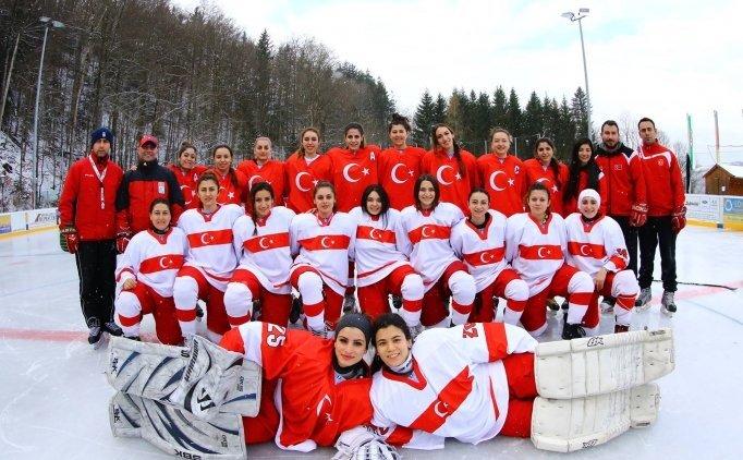 Genç kadın buz hokeyciler, İspanya'da madalya arayacak