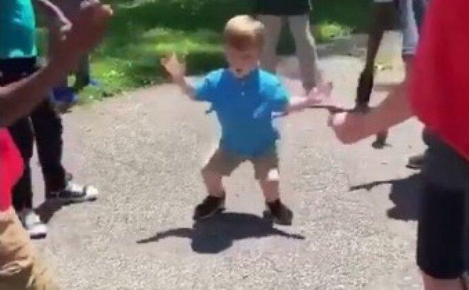 Kendini müziğin ritmine bırakan çocuk
