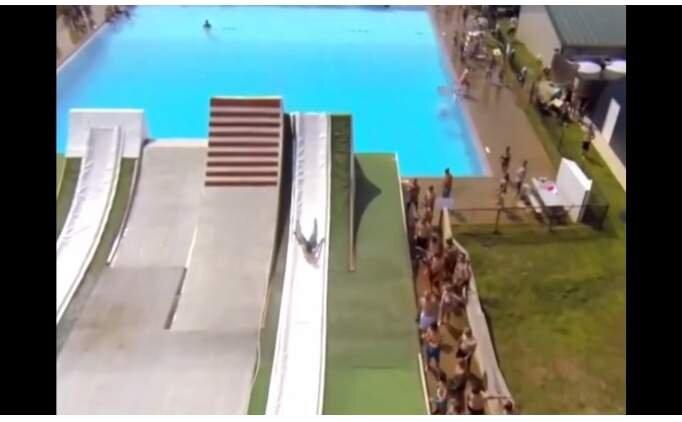 Serbest atlama mı dediniz? Havuza bir de böyle atlayın...