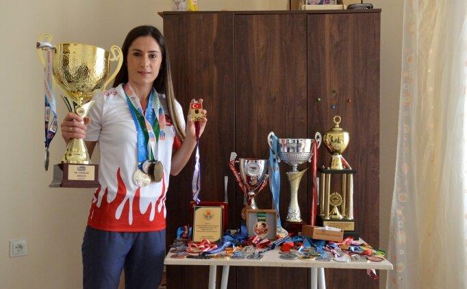'Kızsın, evinde otur' diyenlere şampiyonluklarla cevap verdi