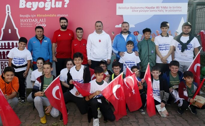 Milli sporcular Haliç'te kulaç attı