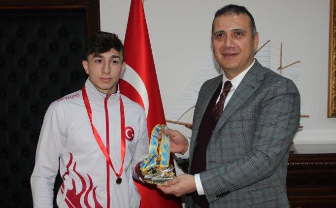 Şampiyon halterci Yusuf Fehmi Genç, altınla ödüllendirildi