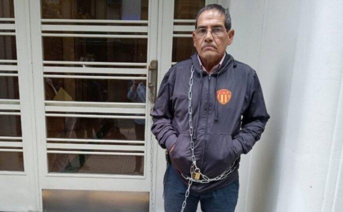 Hakemleri protesto için federasyon binasına kendini zincirledi