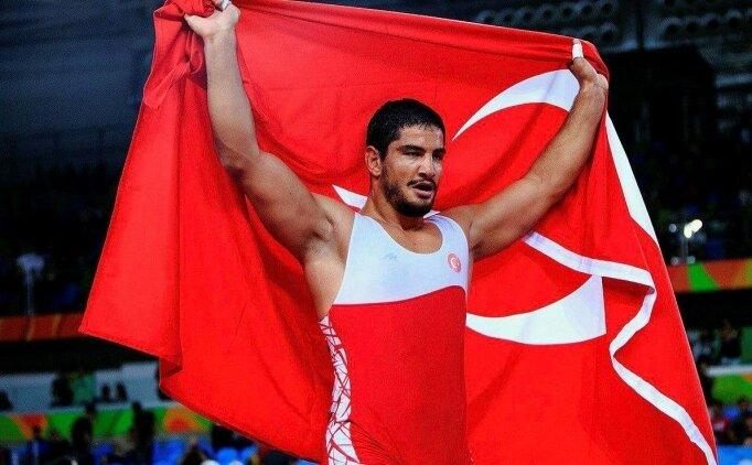 Şampiyon güreşçi Taha Akgül altınla ödüllendirildi!