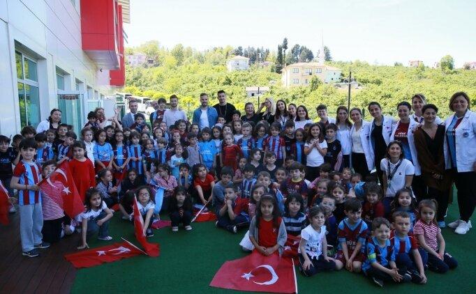 Trabzonsporlu futbolcular öğrencilerle buluştu