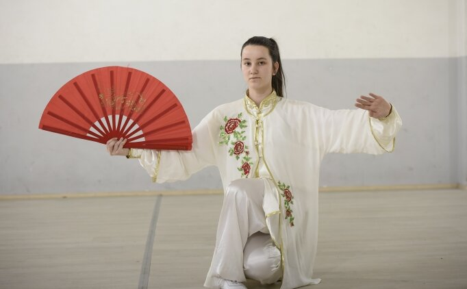 Okuduğu yazıdan etkilenerek başladığı wushuda şampiyonluklara koşuyor