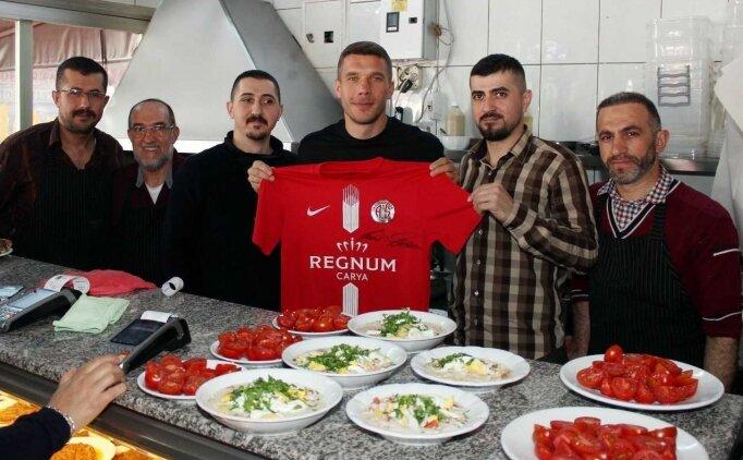 Podolski, Antalya'nın köfte piyazını da sevdi!
