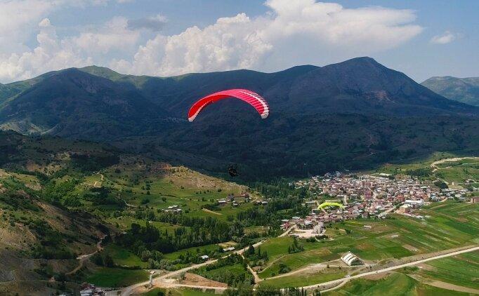 Sivas'ta doğaseverler Bakırlı Tepesi'nde yamaç paraşütü yaptı