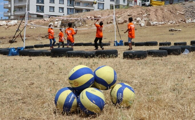 Lastikten sahada voleybol oynayan çocuklara hediye