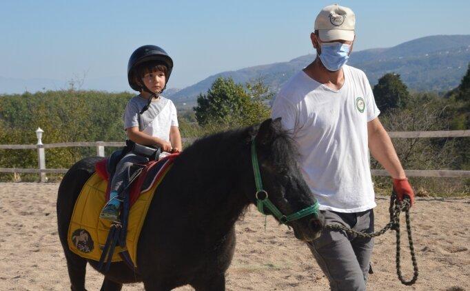 Vücut ağrısı yaşayan çocuklar atla fizyoterapi sayesinde iyileşiyor