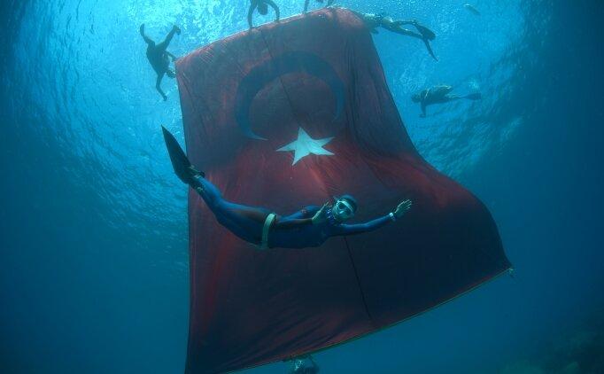 Birgül Erken'den tek nefeste 'Cumhuriyet'e Saygı' dalışı