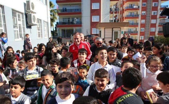 Beşiktaş Teknik Direktörü Avcı, öğrencilerle buluştu
