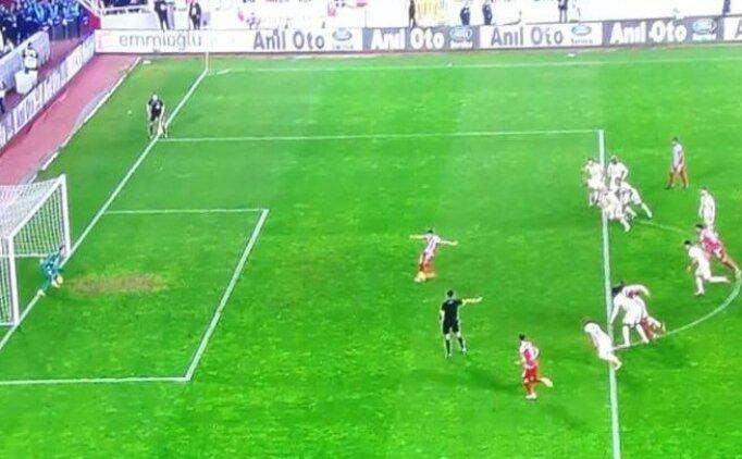 Sivasspor - Galatasaray maçında tartışma yaratan penaltı vuruş anı