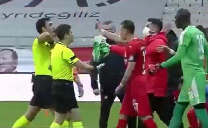 Hakan Arslan, devre arasında kırmızı kart gördü!