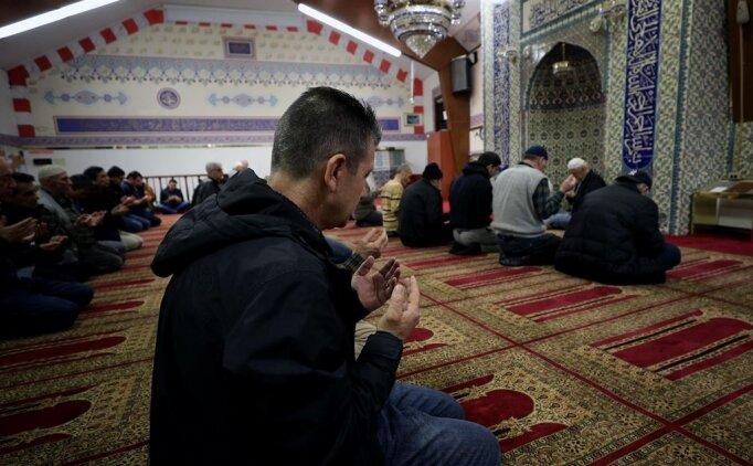 Kadir Gecesi dileklerin kabulü için dua (Allahümme afüvvün tuhıbbül duası!)