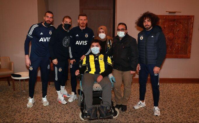 Fenerbahçeli futbolculardan anlamlı hareket