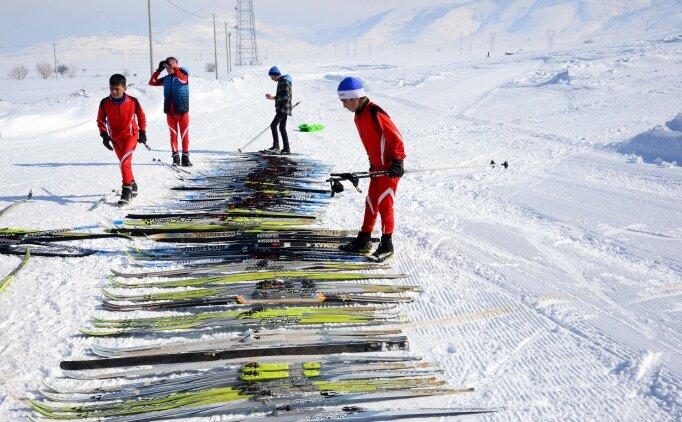 Bitlisli kayakçılar, dondurucu soğukta şampiyonaya hazırlanıyor