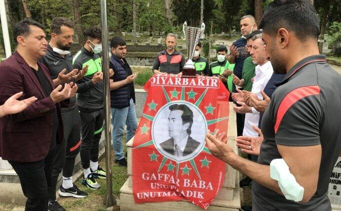 Diyarbekirsporlu futbolculardan Gaffar Okkan'ın kabrine ziyaret