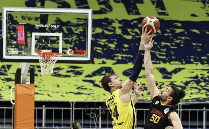 Derbide Fenerbahçe, Galatasaray'a fark attı