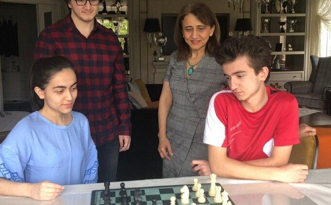 Üç çocuk annesi Emine Can çocuklarının satrançla iç içe olmasından mutluluk duyuyor: