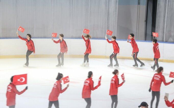 Milli artistik buz pateni sporcuları 15 Temmuz şehitlerini Türk bayraklarıyla andı