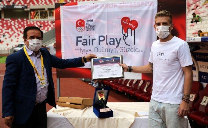 Anne ve çocuğuna yiyecek alan Henrique'ye fair play ödülü