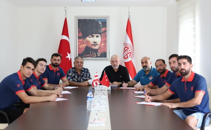 Erkekler Hentbol Süper Ligi ekiplerinden Antalyaspor'da 7 imza birden