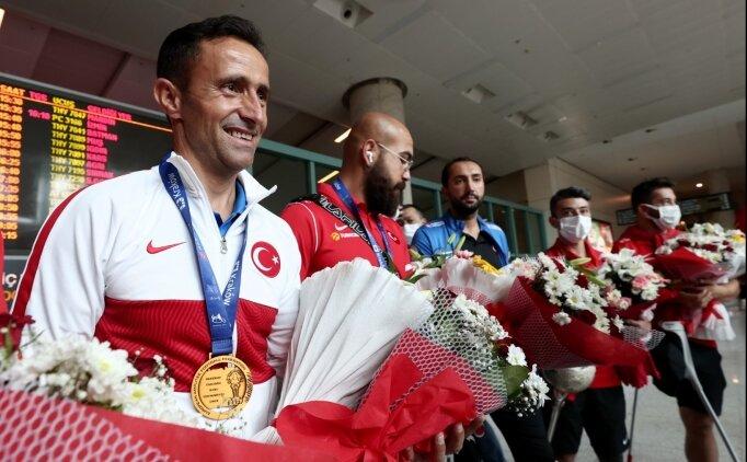 Ampute Milli Futbol Takımı, çiçeklerle karşılandı