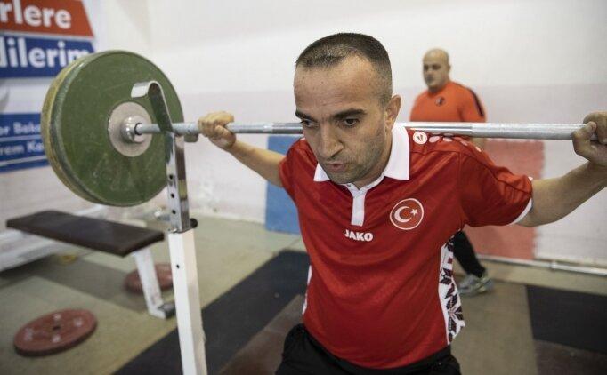Görme engelli hamal Mehmet Emin, başladığı halterle dünyasını aydınlattı
