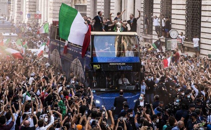 İtalya kafilesi Roma'da şampiyonluğu kutladı