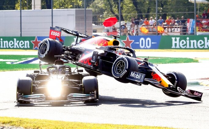 F1'de sıradışı kaza: Verstappen, Hamilton'ın üstüne çıktı!