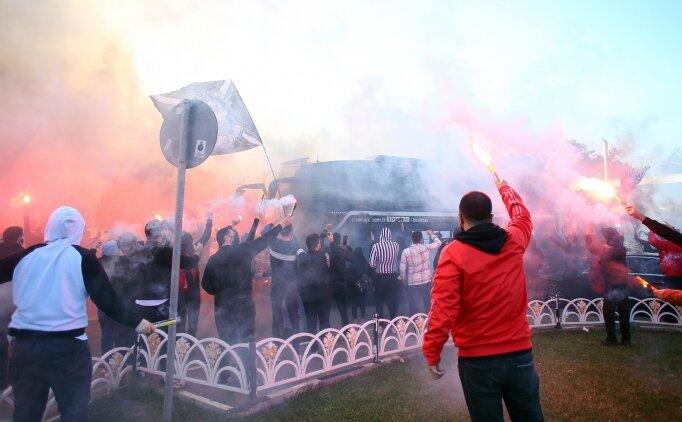 Beşiktaşlı taraftarlar, siyah - beyazlı takımı meşalelerle karşıladı