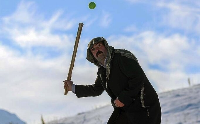 Karlı kış günlerinde 'Van usulü beyzbol' oynayarak eğleniyorlar