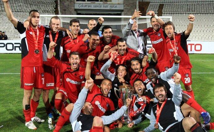 Gaziantepspor'un kupasını ve flamalarını çaldılar