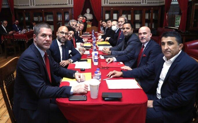 Burak Elmas ve ekibi, Galatasaray Lisesi'nde toplandı