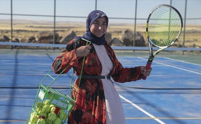 Kızı için yöresel kıyafetleriyle tenis kortuna çıktı