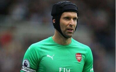 Petr Cech eldivenlerini asıyor