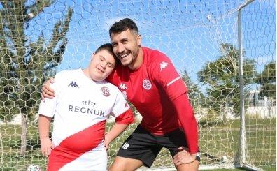 Jahovic, Dünya Engelliler Günü'nde minik hayranı ile buluştu