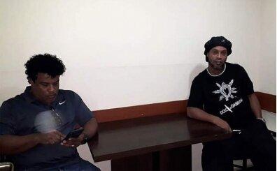 Ronaldinho hapisanede cep telefonu kullanıyor